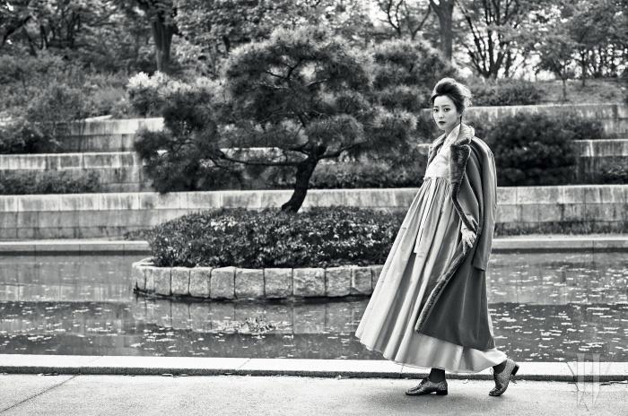 코트는 Giorgio Armani, 한복은 Tchai, 슈즈는 Repetto 제품.