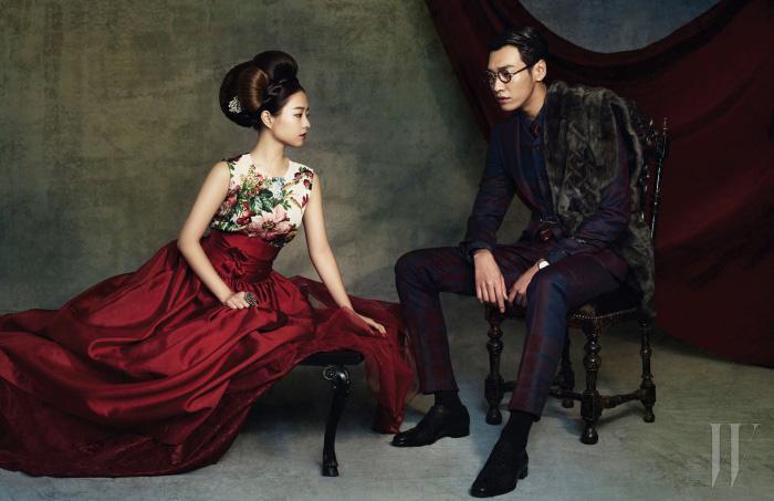 박보영이 입은 꽃무늬 프린트 톱은 Dolce & Gabbana, 빨강 한복 치마와 머리 장식은 Chai Kim Young Jin 제품. 큼직한 반지는 스타일리스트 소장품. 김영광이 입은 재킷과 팬츠, 셔츠는 모두 Vivienne Westwood, 모피 스툴은 Dong Woo Fur, 타이는 Kenzo, 펀칭 장식의 검정 슈즈는 Ermenegildo Zegna, 시계는 Citizen, 안경은 Oliver Goldsmith by Optical W 제품.
