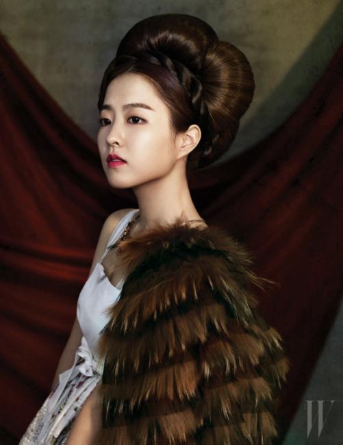 높게 올려 입은 꽃무늬 치마와 머리 장식은 Chai Kim Young Jin, 어깨에 걸친 모피 케이프는 Red Valentino, 화려한 목걸이는 J.Estina 제품.