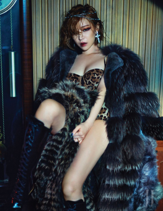 레오퍼드 프린트의 보디수트는 Dolce & Gabbana, 라쿤과 밍크의 조화가 멋진 티어드 형태의 퍼 코트는 Studio K, 다리에 놓인 코요테 소재의 퍼 볼레로는 Nafa, 레이스업 롱부츠는 Suecommabonnie, 십자가 모양의 귀고리는 Vintage Hollywood, 메탈 반지는 Elyona 제품.