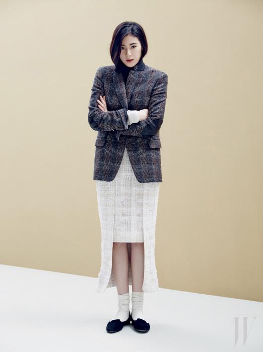헤링본 체크 재킷은 골든구스 디럭스 브랜드 by 에크루 제품. 1백58만원. 독특한 커팅의 트위드 스커트는 샤넬 제품. 가격 미정. 검은색 플랫 슈즈는 에르메스 제품. 가격 미정.