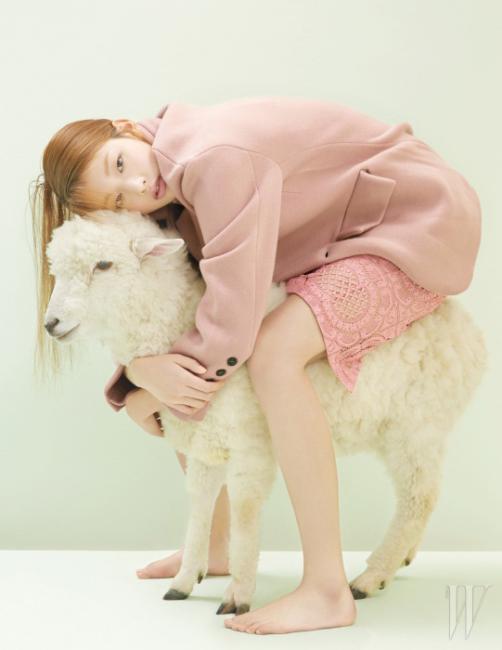 연분홍의 오버사이즈 재킷과 섬세한 레이스 소재의 미디스커트는 Burberry Prorsum 제품.