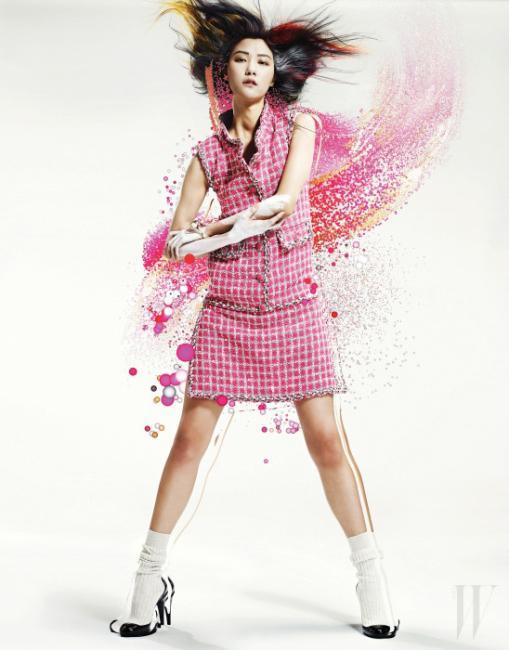 발랄한 버블검 핑크 색상의 트위드 소재 미니 드레스, 마치 양말을 신은 듯한 니트 소재의 부츠는 Chanel 제품.