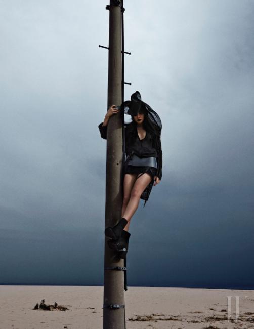 이국적인 식물 패턴의 벨벳 재킷, 안에 입은 시스루 셔츠 드레스, 검은색 벨벳 미니스커트, 견고한 가죽 벨트, 발등이 세로로 커팅된 앵클부츠, 드라마틱한 모자는 모두 Ann Demeulemeester 제품.