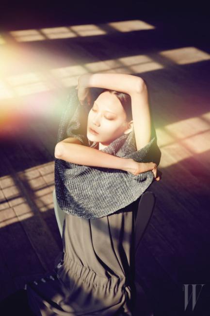 비대칭의 실루엣이 독특한 회색 니트 톱, 세련된 저지 소재의 슬리브리스 미니 드레스는 Brunello Cucinelli 제품.