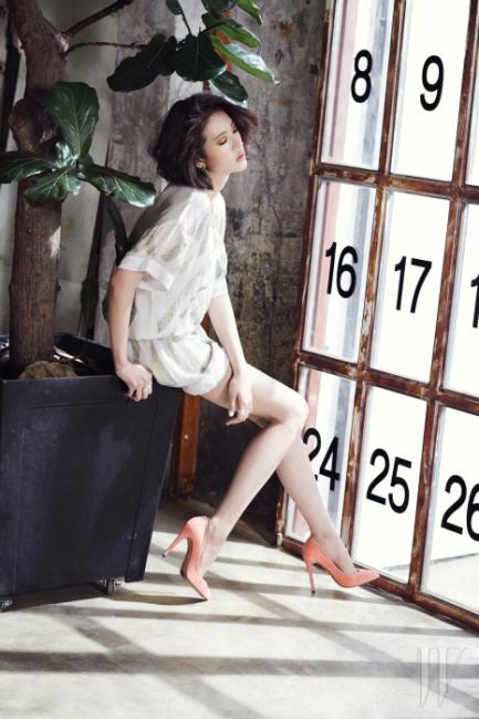 은색 비즈가 장식된 시폰 미니 드레스, 살구색 스웨이드 펌프스는 모두 Iro 제품.