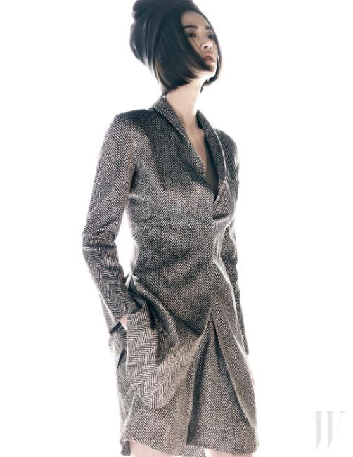 자연스러운 형태가 돋보이는 헤링본 재킷과 쇼트 팬츠는 모두 Giorgio Armani 제품.