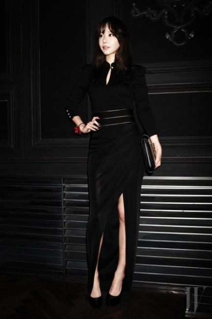 멋진 슬릿 드레스를 입고 등장한 배우 김아중.