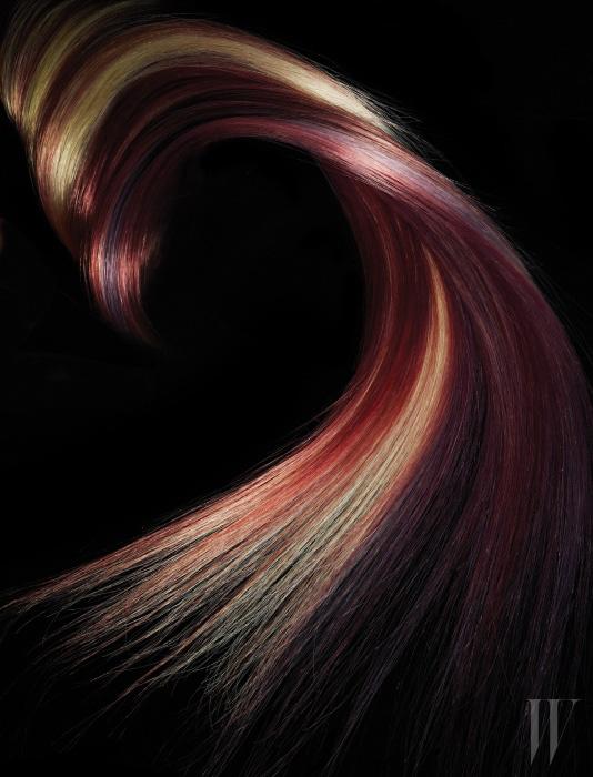 다채로운 컬러 콤비네이션은 MISE EN SCÈNE 퍼펙트 컬러 핑크 브라운과 스모키 애쉬 그리고 AVEDA 풀 스펙트럼 딥 헤어 컬러를 이용해 염색한 것.