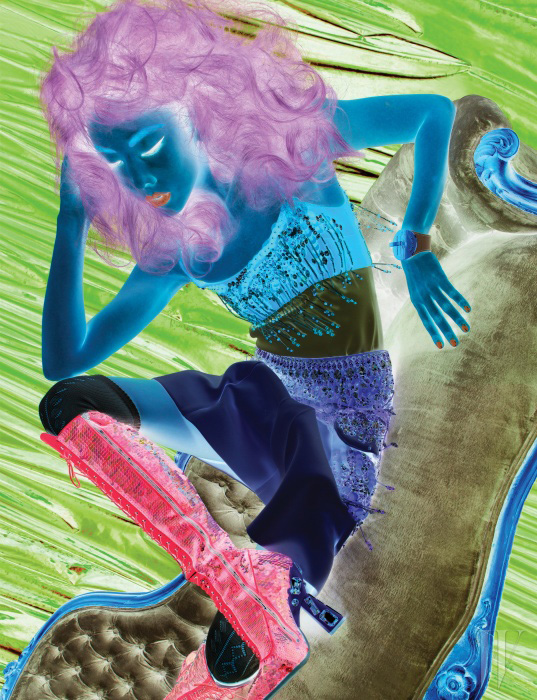 비즈 소재의 프린지 장식과 크리스털, 스팽글이 어우러진 톱과 스커트, 니트 타이츠, 스팽글 레이스업 부츠, 페이턴트 가죽 뱅글은 모두 MiuMiu 제품.