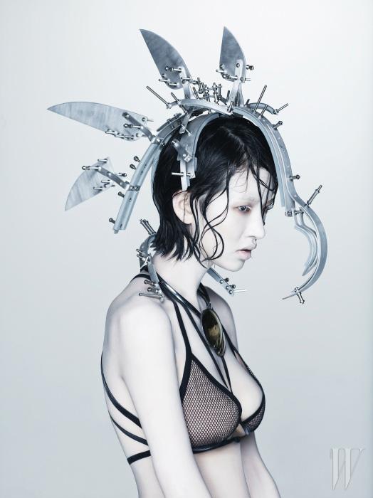 메시 소재의 홀터넥 브라톱은 모두 Gucci, 볼드한 목걸이는 Bottega Veneta 제품.