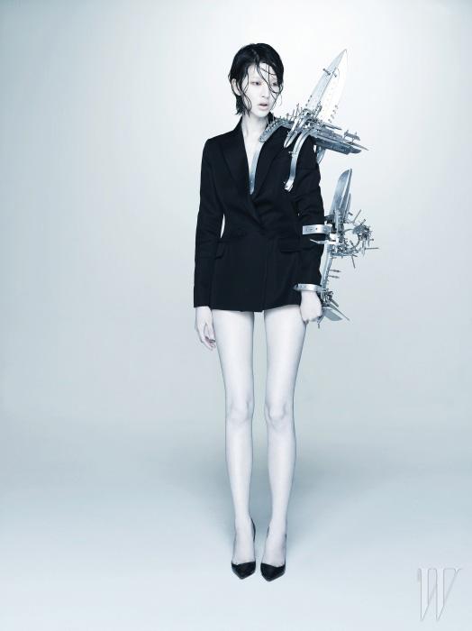 검은색 더블 브레스트 재킷과 스틸레토 힐은 모두 Dior 제품.