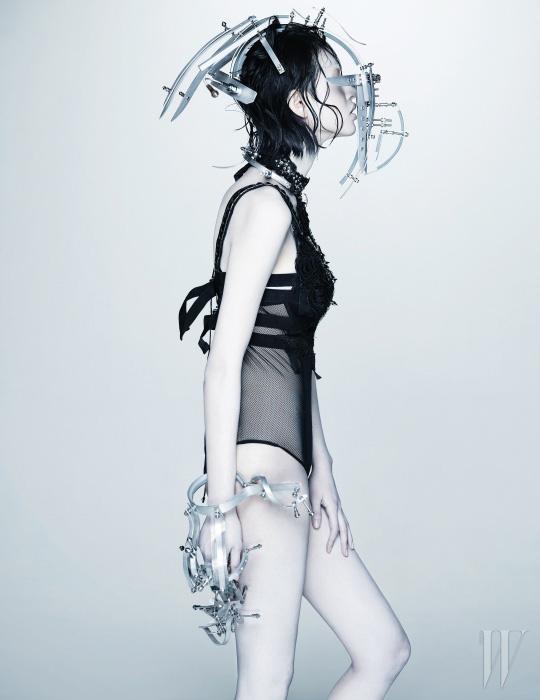 이너로 입은 보디수트는 Vina J. Lingerie, 스터드 장식이 달린 톱은 Kwak Hyun Joo 제품.