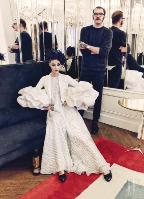 한국 톱모델 박지혜와 함께 '거울의 방'에서 포즈를 취한 스키아파렐리의 크리에이티브 디렉터 마르코 자니니. 박지혜가 입은 도트 드레스와 슈즈, 예술적인 소매가 돋보이는 흰색 재킷은 모두 Schiaparelli Haute Couture by Marco Zanini 제품.