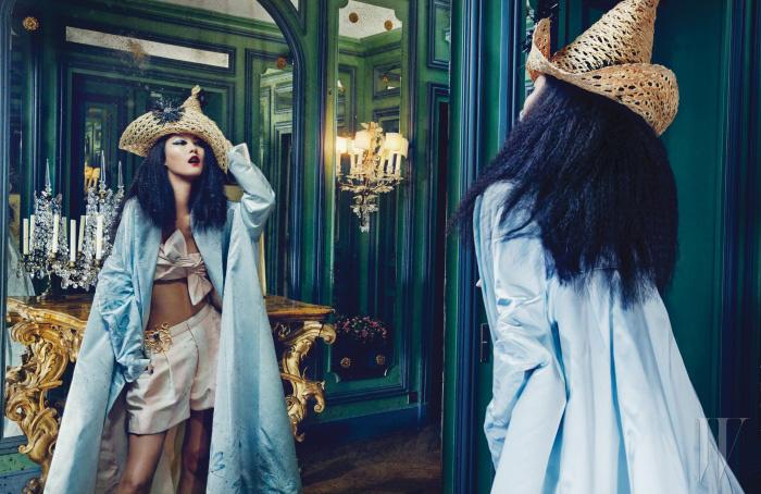 스테판 존스와 협업한 독특한 헤드피스, 보 장식이 특징인 톱, 보석 공방 그리푸아가 제작한 브로치가 부착된 실크 쇼츠, 큼직한 하늘색 가운은 모두 Schiaparelli Haute Couture by Marco Zanini 제품.