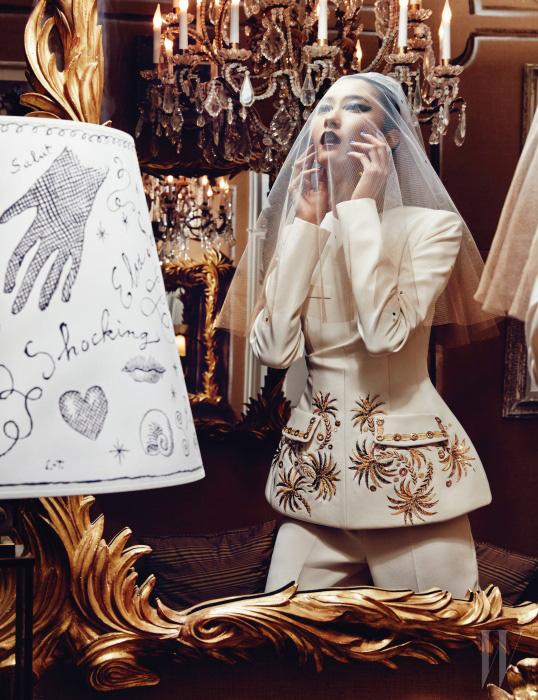 스키아파렐리의 아카이브에 등장한 무늬를 정교한 금색 자수로 표현한 재킷과 팬츠 앙상블은 모두 Schiaparelli Haute Couture by Marco Zanini 제품.