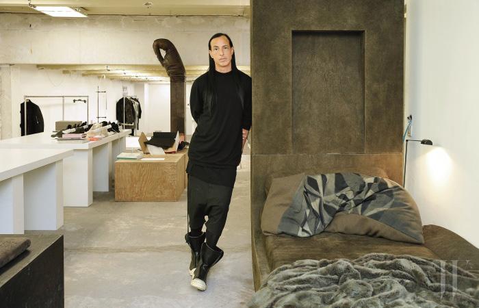 자신을 닮은 공간에서 포즈를 취한 디자이너 릭 오웬스.