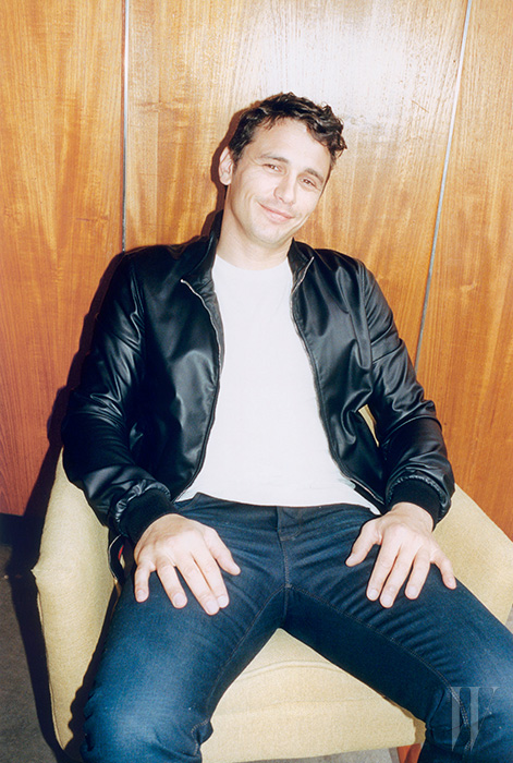 재킷과 진은 Gucci, 티셔츠는 Guess 제품.