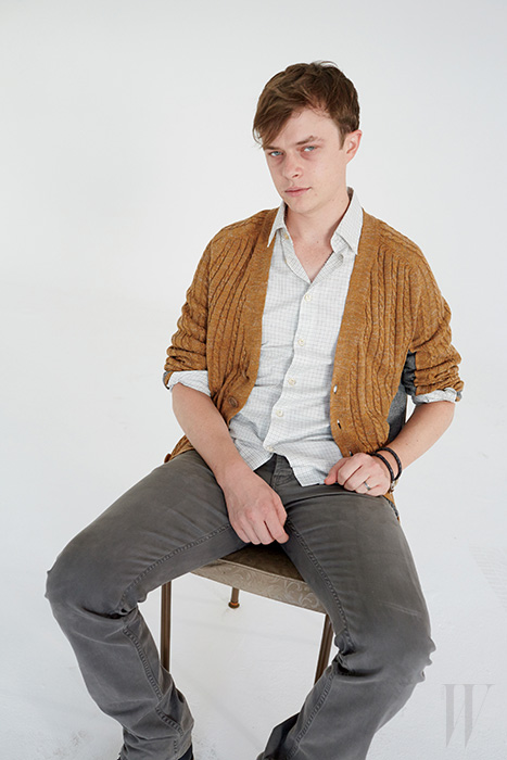 카디건은 Marc Jacobs, 셔츠는 A.P.C., 팬츠는 Rag & Bone, 팔찌는 Bottega Veneta 제품.