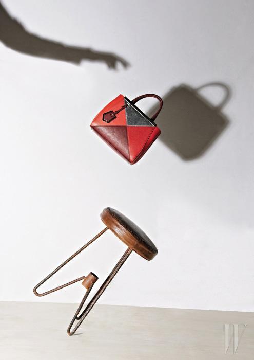 채도가 다른 빨강과 반짝이는 은색이 컬러 블록을 이루는 토트백은 Fendi 제품.