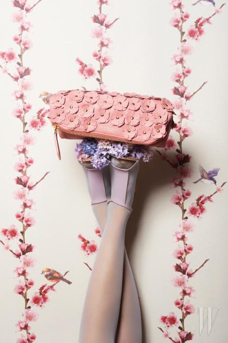 핑크 아플리케 가죽 꽃 장식 클러치는 2백만원대, PVC 소재의 발등 스트랩 샌들은 버버리 제품. 1백만원대.
