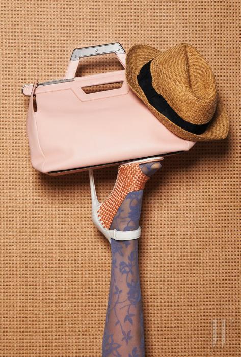 스포티한 발목 스트랩과 살굿빛 위빙 장식이 조화로운 샌들은1 백만원대, 메탈릭한 손잡이가 달린 베이비 핑크색 토트백은 3백만원대. 모두 발렌시아가 제품.