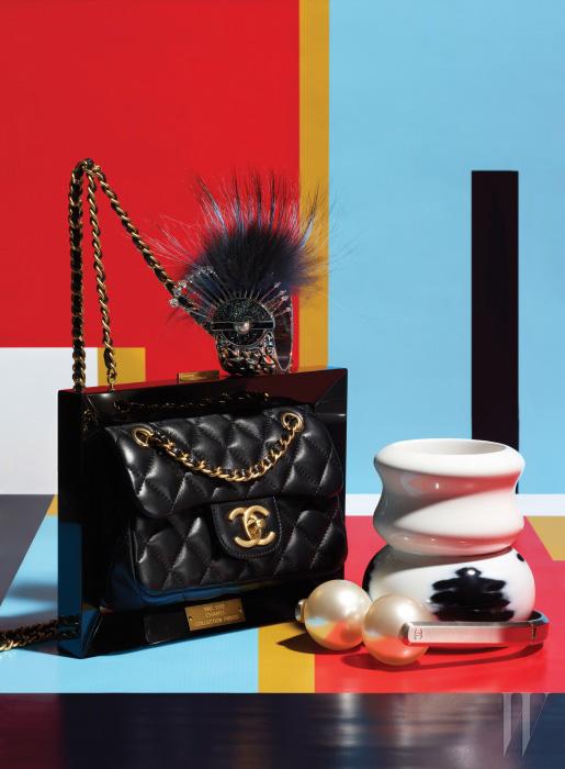 전시용 액자 프레임에서 영감을 받은 클래식 백은 Chanel, 푸른색 퍼 장식이 화려함을 더하는 독특한 아이래시 모티프의 뱅글은 Fendi, 마치 도자기를 보는 듯한 조형적인 형태가 돋보이는 순백의 뱅글과 이카트 패턴 뱅글은 Hermes, 헤드폰을 연상시키는 위트 있는 스타일을 연출하는 진주 장식 목걸이는 Chanel 제품.