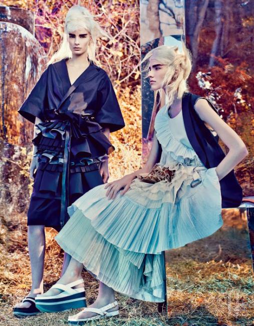 기모노 스타일 셔츠와 스커트는 Bottega Veneta, 스포티한 샌들은 Marni 제품. 꽃처럼 만개한 플리츠가 장식된 드레스와 베스트는 Dries van Noten, 샌들은 Marni 제품.