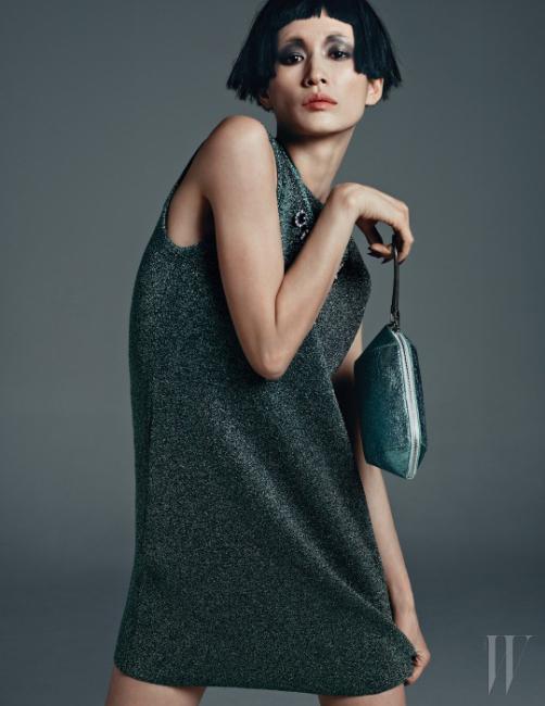 메탈릭한 미니 드레스는 Alexander Wang, 파우치 형태의 백은 Alexander Wang by Shinsegae Handbag Collection, 크리스털 장식의 화려한 목걸이는 Venessa Arizaga by 10 Corso Como 제품.