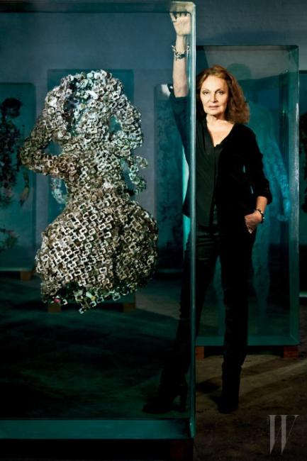 하우스의 아이콘인 랩 드레스를 떠다니는 유령으로 표현한 아티스트 더스틴 옐린의 작품 앞에서 포즈를 취한 다이앤 폰 퍼스텐버그.