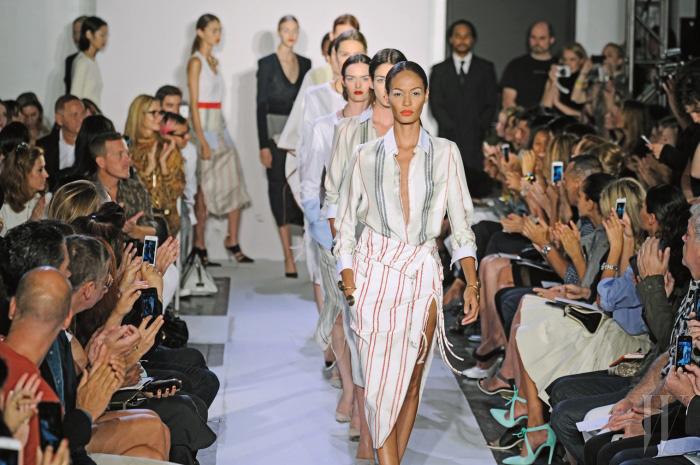 지역적으로 보자면, 현대 패션은 크게 두 지점으로 나뉜다. 젊고 에너제틱한 미국식 실용주의, 그리고 예술적이며 우아한 유럽식 창조주의. 이 두 지점을 자유롭게 넘나드는 것이 조셉 알투자라가 주목받는 이유다.
