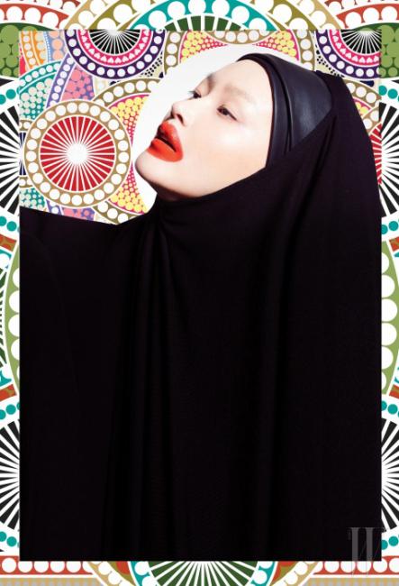 베일처럼 머리에 쓴 블랙 톱은 Donna Karan 제품.