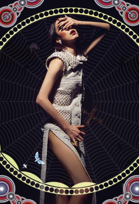 진주 장식이 촘촘히 박힌 트위드 소재의 드레스는 Chanel, 다이아몬드 반지와 귀고리는 모두 Chanel Watch & Fine Jewelry 제품.