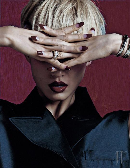베스트 형태의 테일러드 재킷은 Dior, 뱀을 티프로 한 핑크 드와 스틸 소재의 세르펜티 투보가스 치와 다이아몬드가 팅된 비제로원 반지는 Bulgari 제품.