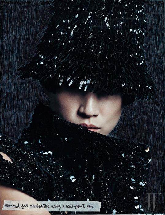 검은색 스팽글 장식 재킷은 Isabel Marant, 프린지 장식 모자는 Balenciaga 제품.