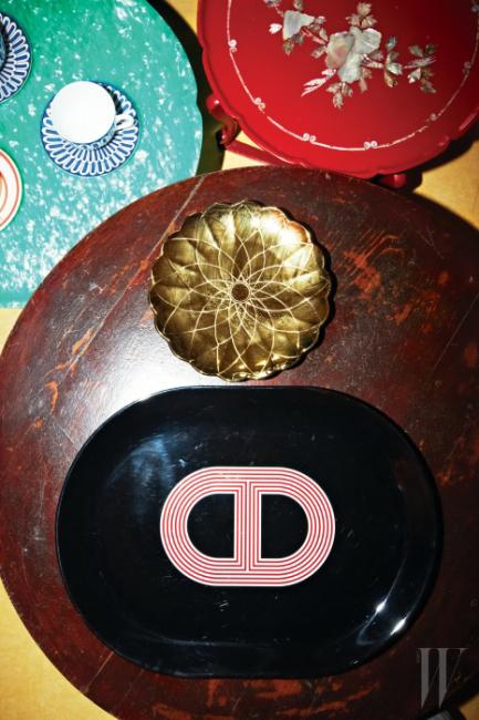 초록색 상에 놓인 파랑과 하양 찻잔과 받침, 하단에 놓인 검정 쟁반은 Hermes 제품.