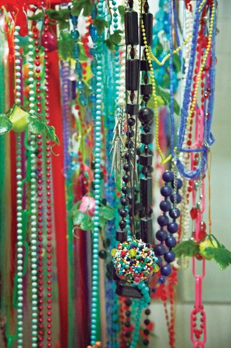 구슬 목걸이들과 함께 설치된 다양한 색상의 돌기가 특징인 목걸이는 Ann Demeulemeester 제품.