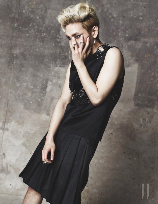 키가 입은 슬리브리스 톱은 Dior Homme, 주름 스커트는 Push Button, 메탈 버클 장식의 서스펜더는 Demande de Mutation, 왼손에 착용한 반지는 모두 Justin Davis, 오른손의 두 손가락에 한 번에 착용한 대담한 반지는 H.R. 제품. 귀고리는 개인 소장품.