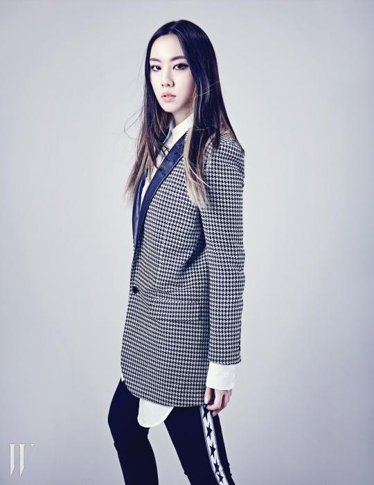 화이트 셔츠는 카이 제품. 44만8천원. 체크 턱시도 재킷은 생로랑 제품. 4백만원대. 별 모양이 프린트된 검정 레깅스는 DKNY 제품. 35만5천원.