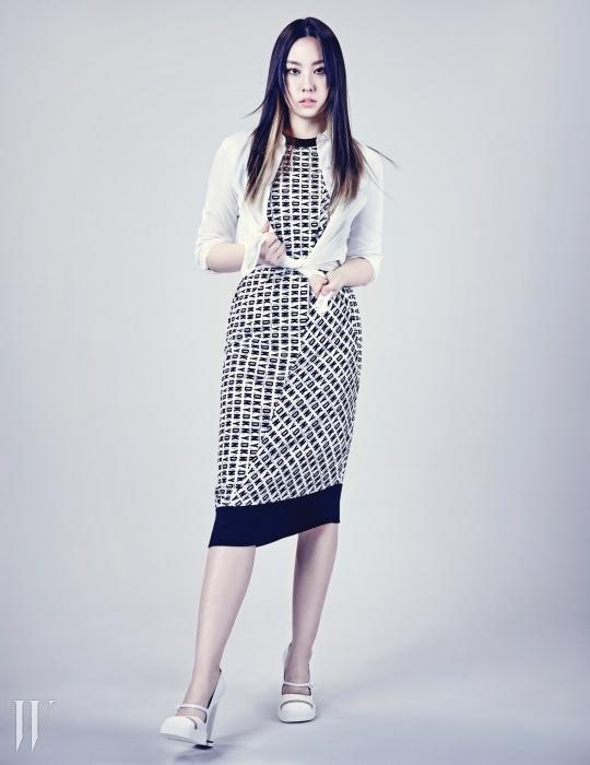 화이트 셔츠는 카이 제품. 44만8천원. 로고 프린트 저지 드레스는 DKNY 제품. 70만원대. 운동화를 변형한 하이힐 슈즈는 미우미우 제품. 90만원대.