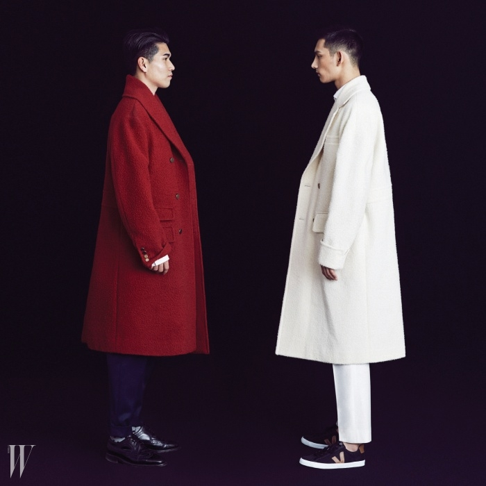 독특한 텍스처의 카센티노 소재 빨간색 코트와 크림색 코트, 팬츠는 모두 2014 F/W 오디너리 피플 컬렉션. 모델 박형섭이 신은 스니커는 베자 by 플랫폼 플레이스 제품.