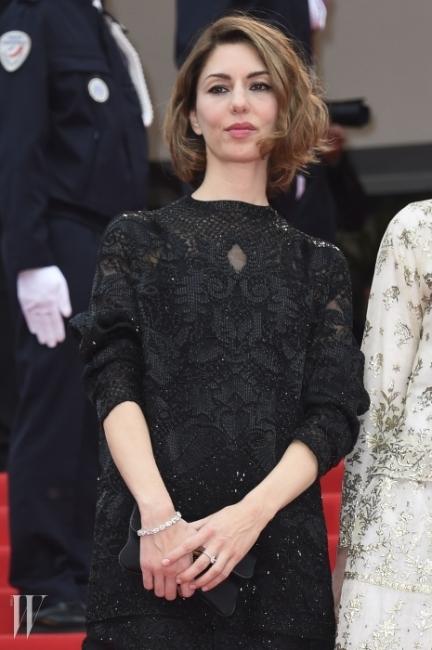 소피아 코폴라발렌티노(Valention)의 블랙 레이스 드레스와 쇼파드(Chopard)의 화이트 다이아몬드 팔찌를 매치, 프렌치 시크룩의 아이콘답게 심플하면서도 우아한 룩을 선보였다.