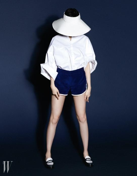 흰색 셔츠는 준지 제품. 가격 미정. 실크 소재의 남색 복서 쇼츠는 타쿤 에디션 제품. 55만8천원, 넓은 챙의 모자는 쟈뎅 드 슈에뜨 제품. 가격 미정. 단정한 로퍼는 발리 제품. 88만원.