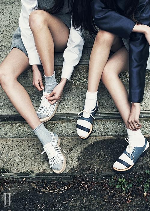 왼쪽부터 | 흰색 셔츠는 랄프 로렌 컬렉션 제품, 가격 미정. 회색 드레스는 페이 제품, 가격 미정. 위빙 장식 샌들은 발렌시아가 by 분더숍 제품, 1백32만5천원. 군청색 크롭트 톱은 로우클래식 제품, 16만8천원. 회색 플레어 스커트는 페이 제품, 가격 미정. 레이스업 샌들은 플랫 아파트먼트 제품, 29만8천원.