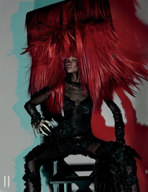 검은색 피시넷 플레이수트는 Louis Vuitton, 왼쪽 다리에 걸친 케이프는 Roberto Cavalli 제품.