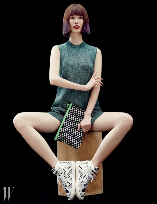 반복적인 큐브 프린트의 패브릭 파우치와 대담한 디자인의 스니커는 Pierre Hardy, 반짝이는 라메 소재의 미니 드레스는 Alexander Wang by BoontheShop 제품.