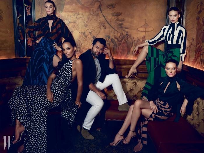 로스앤젤레스 샤토 마몽 호텔의 바에서 후안 카를로스 오반도와 모델들 그리고 뮤즈인 싱어 아만다 수다노.