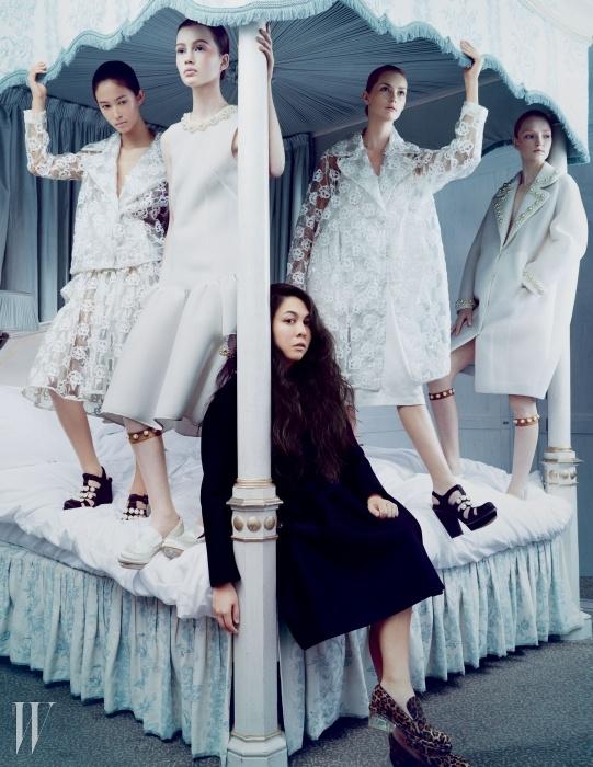 런던 클래리지 호텔 (claridges.co.uk)에서 시몬 로샤와 그녀의 디자인을 입은 모델들.