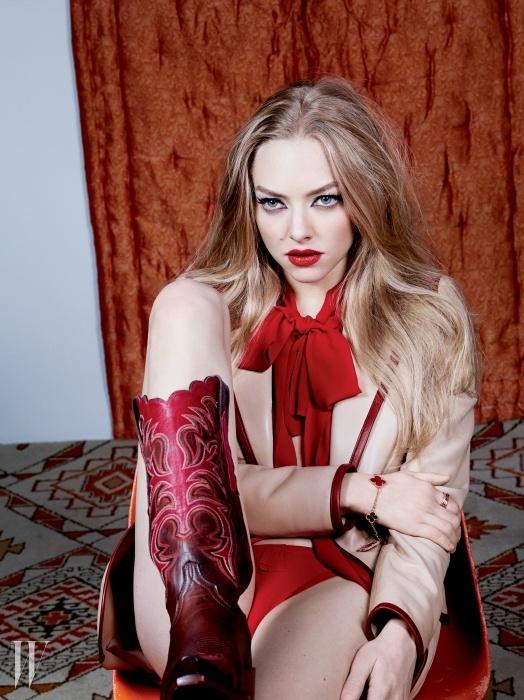 톱과 재킷은 Prada, 수영복 하의는 Eres, 팔찌는 Van Cleef & Arpels, 반지는 Cartier 제품.