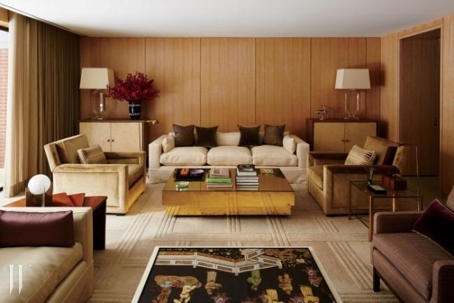 뉴욕에 위치한 마크 제이콥스의 미디어 룸. 마크의 친구인 인테리어 디자이너 파울은 따뜻한 오크 패널과 관능적인 실크 벨벳 소파가 안정적인 조화를 이룬 이 방을 '아지트'라는 호칭으로 설명했다.